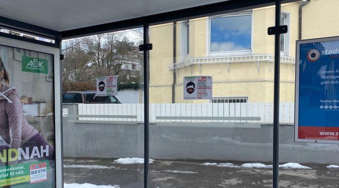 Von Impf-Genozid und Folter wird auf Plakaten an Ravensburger Bushaltestellen fantasiert.