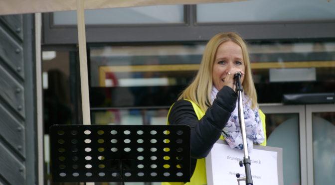 Doreen Schneider spricht auf einer Nicht ohne uns!-Veranstaltung in Ravensburg.