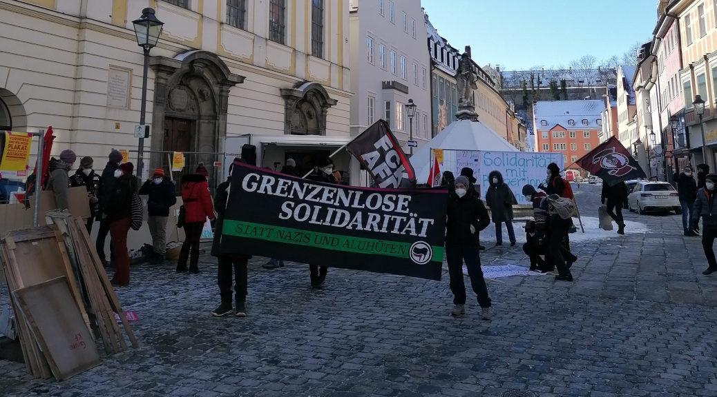 »Grenzenlose Solidarität« fordern Antifaschist_innen am 13. Februar 2021 in Kaufbeuren, während nebenan Querdenken demonstriert.