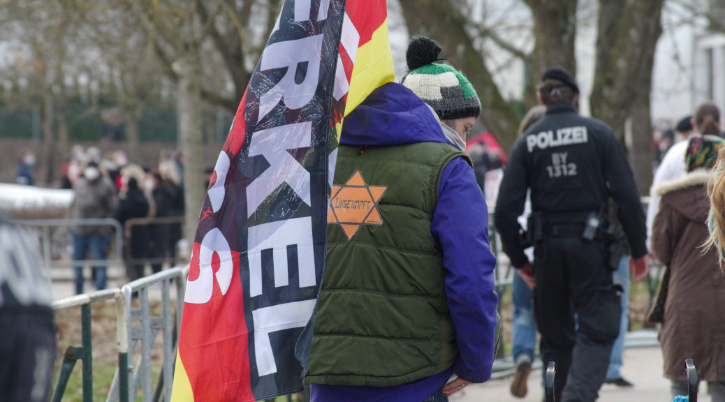 »Ungeimpft«: Dieses Schild trugen zwei Teilnehmende des Querdenken-»Lichtermarsches« am 7. März 2021 in Memmingen. Es ist dem sogenannten »Judenstern« nachgeahmt, mit dem die Nazis als solche geltenden Menschen markierten.