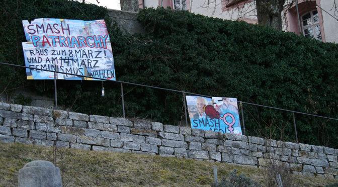 Plakate zum internationalen Frauenkampftag an der Ravensburger Veitsburg.
