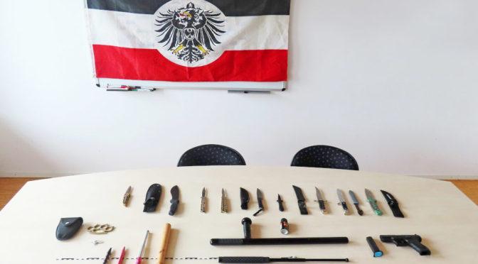 Polizei findet Waffen und Nazi-Devotionalien