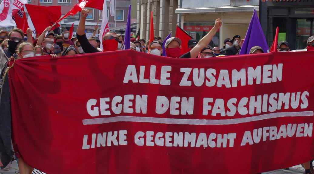 »Gemeinsam gegen den Faschismus«: Hunderte demonstrierten am 10. Juli 2021 gegen eine Wahlkampfveranstaltung der AfD in Memmingen.