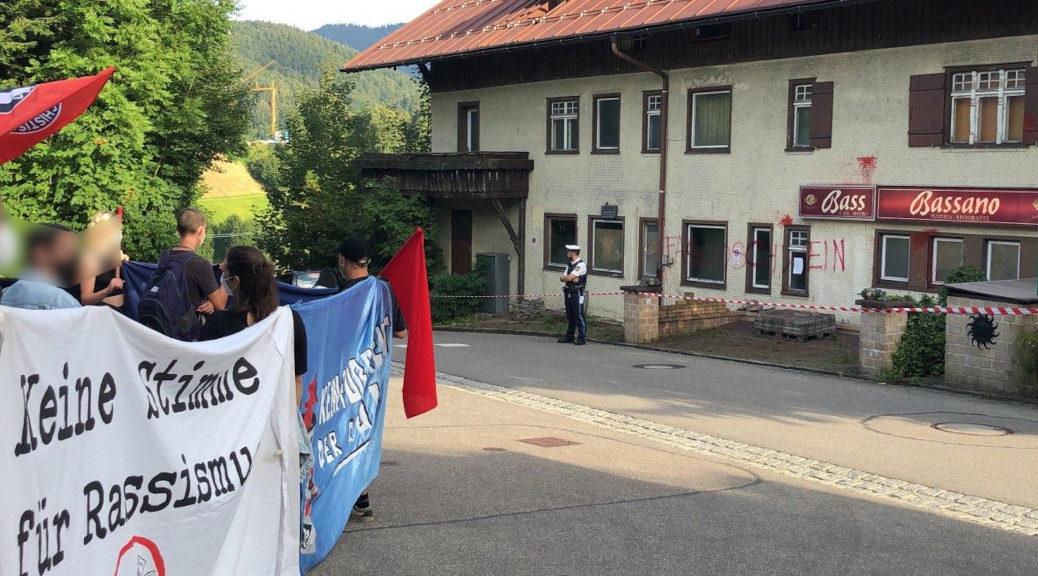 »Beschädigter und verlassener Zustand«: Der Betrieb am mit Flatterband umfassten Bassano ist eingestellt - zumindest während der Demonstration am 10. August. 2021. Ob das so bleibt, wird sich zeigen.