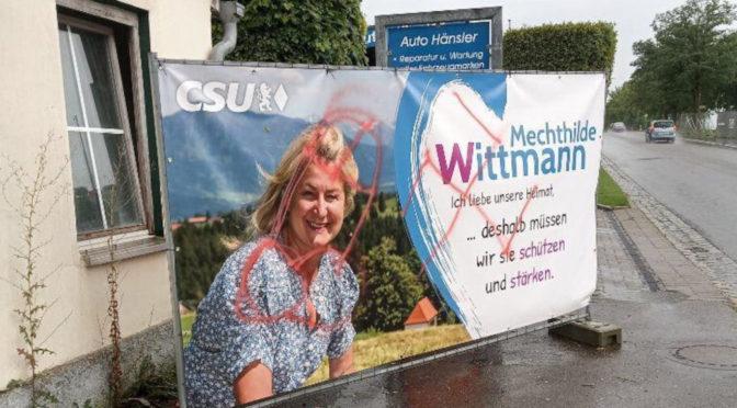 Hakenkreuz auf CSU-Plakat geschmiert