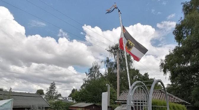 Reichsflagge im Kleingarten