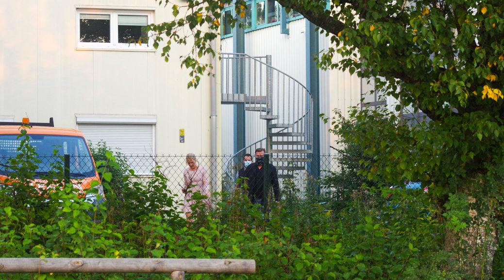 Zwei Teilnehmende versuchten über Dach und Feuerleiter in das Gebäude zu gelangen. Als das misslang, vermummten sie sich und ließen sich von der »Jugendbeauftragen« der AfD durch den Eingang führen.
