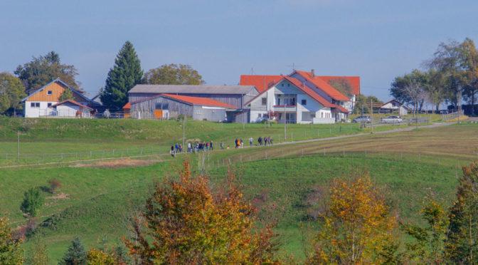 Anhänger*innen der Gruppe besichtigen das Areal in Altusried-Schmidberg, das zur völkischen »LebensOase« werden soll.